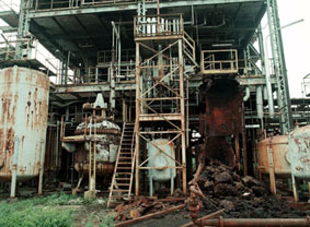 De Bhopal fabriek na de ontploffing: verwrongen en gesmolten staal.
