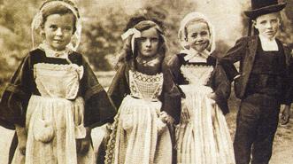 Bretonse kinderen in zondagse kleren.